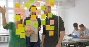 Etiquetas na parede e nos trabalhadores Imagem de Stock