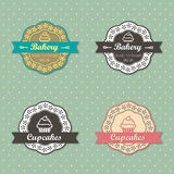 Etiquetas retros do estilo dos queques da padaria no fundo retro dos às bolinhas Imagens de Stock Royalty Free