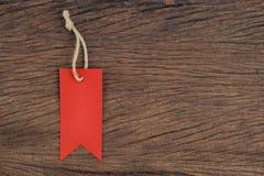 Etiquetas rojas en la tabla de madera para la venta y el texto Imagenes de archivo