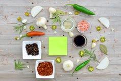 Etiquetas vazias coloridas para notas e pimenta Foto de Stock Royalty Free