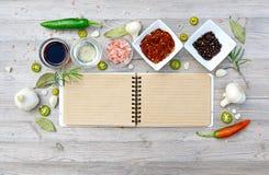 Etiquetas vazias coloridas para notas e pimenta, folha de louro, alecrim, cebolas, sal, azeite Fotos de Stock Royalty Free