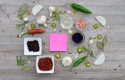 Etiquetas vazias coloridas para notas e pimenta, folha de louro, alecrim, cebolas, sal Himalaia, azeite, molho de soja sobre Imagem de Stock Royalty Free