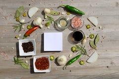 Etiquetas vazias coloridas para notas e pimenta, folha de louro, alecrim, cebolas, sal Himalaia, azeite, molho de soja sobre Imagem de Stock