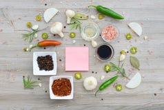 Etiquetas vazias coloridas para notas e pimenta, folha de louro, alecrim, cebolas, sal Himalaia, azeite, molho de soja sobre Fotos de Stock