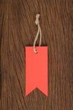 Etiquetas vermelhas na tabela de madeira para a venda e o texto Imagem de Stock