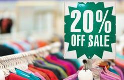 Etiquete com o texto que mostra a venda na loja de roupa. Fotos de Stock Royalty Free