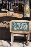 Etiquete las ventas del aceite de oliva Krk, Croacia foto de archivo libre de regalías
