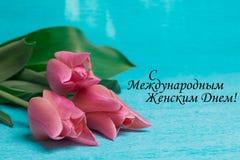 Etiquete o dia das mulheres internacionais felizes com as três tulipas cor-de-rosa Fotografia de Stock