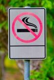 Etiquete o metal não fumadores assinam dentro o parque Fotos de Stock Royalty Free