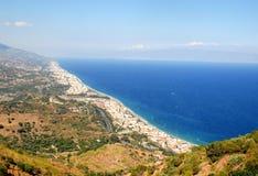 从Etna和海看见的西西里岛的海岸(意大利) 免版税库存照片
