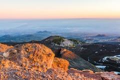 Etna火山口和火山的风景 库存照片