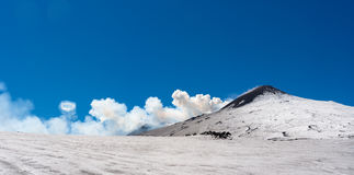 Etna火山山顶火山口与圆环烟壮观杰出人材的 免版税图库摄影