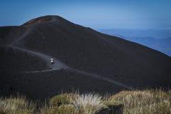 Etna火山的一个绝种火山口与黑熔岩的 库存照片