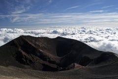 Etna火山的一个绝种火山口,俯视云彩 库存照片