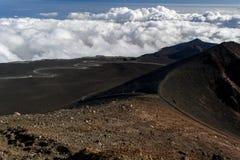 Etna火山的熔岩火山口的之间一条多灰尘的道路 免版税库存图片