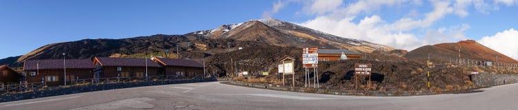 Etna阿德拉若, Katania - 11月18 :火山Etna,西西里岛旅游区的全视图  库存照片
