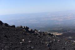 Etna -最高的活火山的一个印象深刻的看法在欧洲 位于在西西里岛 免版税库存照片