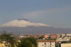 Etna dalla città di Catania Immagini Stock Libere da Diritti