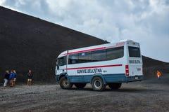 ETNA, ITÁLIA - EM AGOSTO DE 2015: Turistas que vão acima o vulcão ativo de Etna nos ônibus 4x4 grandes em agosto de 2015 na ilha  Fotos de Stock