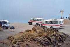 ETNA, ITÁLIA - EM AGOSTO DE 2015: Turistas que vão acima o vulcão ativo de Etna nos ônibus 4x4 grandes em agosto de 2015 na ilha  Imagens de Stock