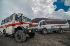 ETNA, ITALIË - AUGUSTUS, 2015: Toeristen die de actieve vulkaan van Etna op grote 4x4 bussen in Augustus, 2015 in het Eiland van  Royalty-vrije Stock Afbeeldingen