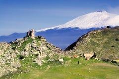 Etna mongialino zamku jest wulkan Zdjęcia Royalty Free