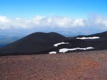 Etna Mount och röd jordkrater i Sicilien, Italien Royaltyfri Foto