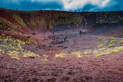 Etna parka narodowego panoramiczny widok powulkaniczny krajobraz z kraterem, Sicily zdjęcie stock
