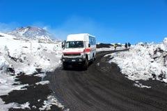 Etna, Sicily Włochy, Apr, - 9th 2019: Turystyczni dżipa, autobusu napędowi turyści wierzchołek lub Śnieg na powulkanicznym zdjęcia royalty free