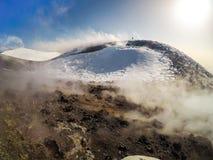 Etna Volcan-Summit-Krater in der schneebedeckten Landschaft stockbilder