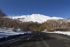 Etna, vulkanische as in de weg dichtbij Toevluchtsoord Citelli Royalty-vrije Stock Foto