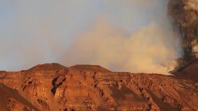 Etna: vulkanische uitbarsting bij dageraad stock videobeelden
