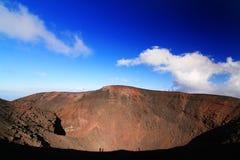 Etna vulkanlutning (med mannen som går på den) Arkivfoto