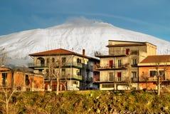 在多雪的火山Etna下的Bronte镇 库存图片