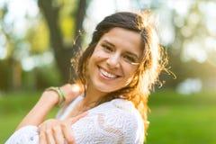 Etniczna dziewczyna cieszy się ciepło zmierzch Zdjęcie Stock