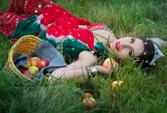 Etniczna kobieta z jabłkami na trawie zdjęcie stock
