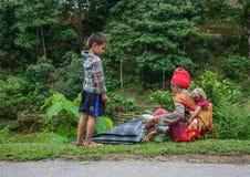 Etniczna kobieta z jej dzieckiem przy wsią obraz royalty free