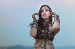 Etniczna plemienna krajowa kostiumowa kobieta na zmierzchu obraz stock