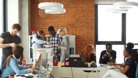 Etniczna początkowa biznes drużyna spotykał wpólnie Rozwija biznesowego pojęcie Grupy biznesowe zdjęcie wideo