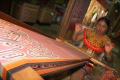 Etniczna samiec robi bransoletkom iban Obraz Royalty Free