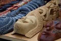 Etniczne drewniane rzeźbić maski na rynku sprzedaży detalicznej Zdjęcie Stock