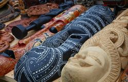 Etniczne drewniane rzeźbić maski na rynku sprzedaży detalicznej Obrazy Stock