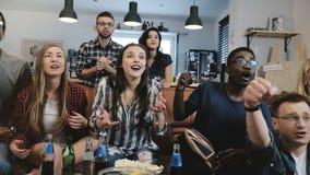 Etniczni fan iść szalony odświętności cel na TV Namiętni futbolowi zwolennicy krzyczą z ręka podnoszącym 4K zwolnionym tempem obraz royalty free
