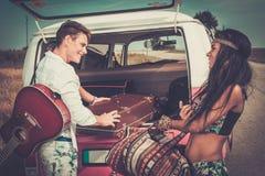 Etniczni hipisów przyjaciele na wycieczce samochodowej Fotografia Stock