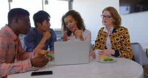 Etniczni ludzie biznesu dyskutuje nad laptopem w nowożytnym biurze 4k zdjęcie wideo