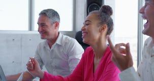 Etniczni ludzie biznesu oddzia?a wzajemnie z each inny w nowo?ytnym biurze 4k zdjęcie wideo