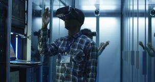 Etniczni IT specjaliści używa VR szkła w serweru pokoju zbiory