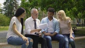 Etniczni ucznie daje dyplomówka planom ich nauczyciel, wykształcenie wyższe zbiory wideo