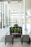 Etniczny biznesowy architekt siedzi i dyskutuje nad błękitnym drukiem w lobby przy biurem obraz royalty free