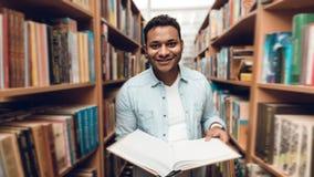 Etniczny hindus mieszał biegowego ucznia w książkowej nawie biblioteka Obraz Royalty Free